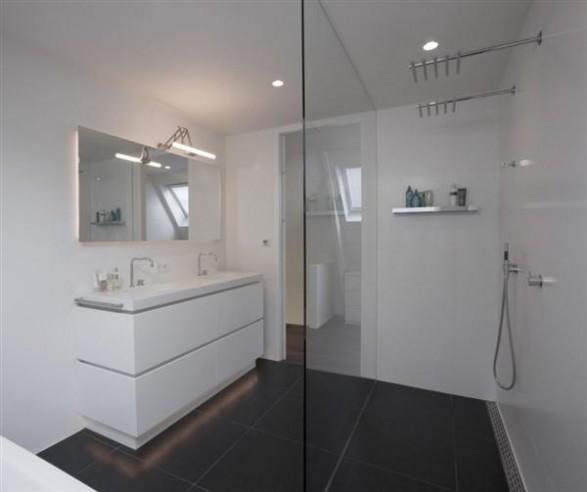 white bathroom Design by Hofman Dujardin Architects