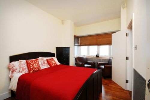 Luxury Two Bedrooms Apartment in London Red bed cover